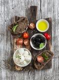 Среднеземноморская закуска - моццарелла, оливки, хлеб ciabatta рож, томаты вишни Стоковое фото RF