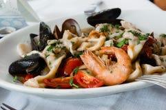 Среднеземноморская кухня: Итальянские макаронные изделия с морепродуктами Стоковые Изображения
