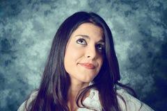 Среднеземноморская молодая женщина с длинными коричневыми волосами которые думают Стоковые Фотографии RF