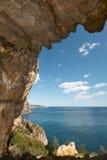 Среднеземноморской ландшафт береговой линии с пещерой в Аликанте Испания Стоковые Изображения RF