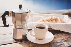 Среднеземноморской завтрак, чашка кофе и свежий хлеб на таблице Стоковая Фотография