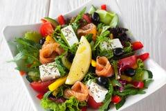 Среднеземноморской салат с взгляд сверху семг и бри Стоковое Изображение