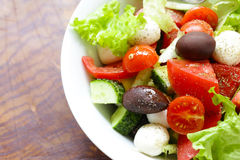 Среднеземноморской салат с оливками, моццарелла Стоковое Фото