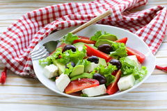 Среднеземноморской салат с черными оливками, салат, сыр Стоковые Фотографии RF