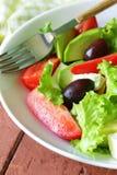 Среднеземноморской салат с черными оливками, салат, сыр Стоковое Фото