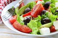 Среднеземноморской салат с черными оливками, салат, сыр Стоковое Изображение