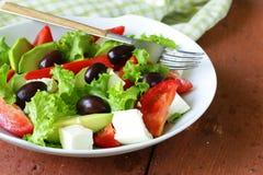 Среднеземноморской салат с черными оливками, салат, сыр Стоковые Изображения