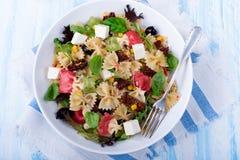 Среднеземноморской салат Farfalle с сухими томатами и ядрами сосны Стоковые Фотографии RF