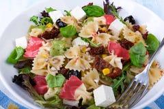 Среднеземноморской салат Farfalle с сухими томатами и ядрами сосны Стоковые Изображения