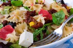 Среднеземноморской салат Farfalle с сухими томатами и ядрами сосны Стоковая Фотография RF
