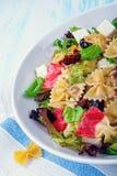 Среднеземноморской салат Farfalle с сухими томатами и ядрами сосны Стоковые Фото