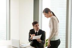 Средний злющий босс делать неправомочный женский работник для неудачи Стоковая Фотография RF