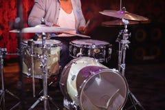 Средний раздел барабанщика выполняя на этапе на ночном клубе Стоковое Фото