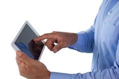 Средний раздел бизнесмена используя планшет Стоковая Фотография RF