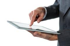 Средний раздел бизнесмена используя цифровую таблетку Стоковые Изображения