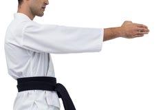 Средний раздел бойца выполняя позицию карате Стоковая Фотография
