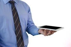 Средний раздел галстука бизнесмена нося держа таблетку Стоковые Изображения