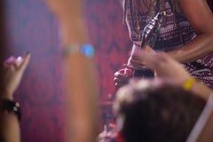 Средний раздел гитариста играя гитару на этапе Стоковая Фотография