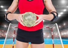 Средний раздел женского игрока гандбола держа шарик Стоковое фото RF