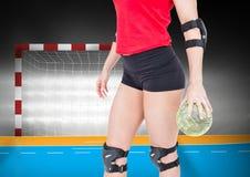Средний раздел женского игрока держа гандбол Стоковая Фотография RF