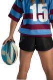 Средний раздел женского игрока рэгби с шариком рэгби Стоковая Фотография