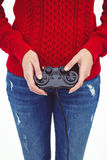 Средний раздел женщины битника играя видеоигры Стоковое Фото