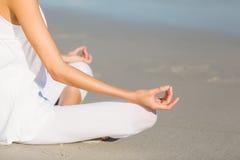 Средний раздел женщины выполняя йогу Стоковые Изображения