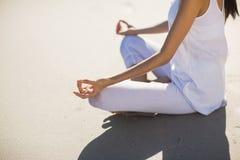 Средний раздел женщины выполняя йогу Стоковые Изображения RF