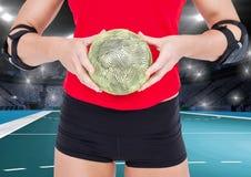 Средний раздел женщины держа гандбол на суде гандбола Стоковое Фото