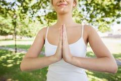 Средний раздел женщины затишья содержания размышляя в парке Стоковая Фотография