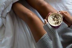 Средний раздел женщины имея кофе на кровати Стоковое Изображение RF