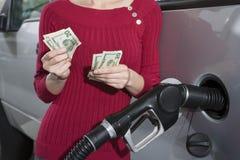 Средний раздел женщины дозаправляя ее автомобиль Стоковое Фото