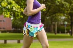 Средний раздел здоровой женщины jogging в парке Стоковые Изображения