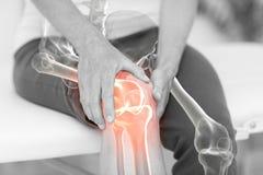 Средний раздел человека человека держа больное колено стоковые изображения rf