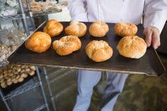Средний раздел шеф-повара показывая поднос хлеба Стоковые Фотографии RF