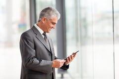 Средняя таблетка бизнесмена времени Стоковая Фотография RF