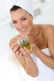 Средн-постаретая женщина выпивая травяной чай Стоковое Изображение RF