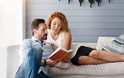 Средн-постаретая книга чтения пар совместно Стоковые Фото