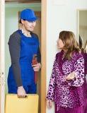 Средн-постаретая домохозяйка встречая красивого работника Стоковые Фотографии RF