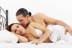 Средн-постаретые пары просыпаясь в кровати стоковое изображение rf