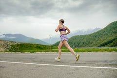 Средн-постаретый женщиной ход бегуна Стоковое Фото