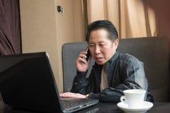 Средн-постаретый телефон человека Стоковое Изображение RF