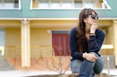Средн-постаретый думать женщины сидя outdoors Стоковое фото RF