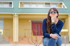 Средн-постаретый думать женщины сидя outdoors Стоковые Изображения RF