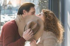 Средн-постаретый человек и женщина целуя на улице Стоковая Фотография RF