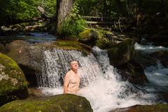 Средн-постаретый человек принимает ванну здоровья в реке Стоковая Фотография