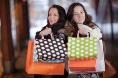 2 счастливых женщины держа хозяйственные сумки Стоковая Фотография RF