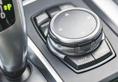 Средства массовой информации и навигация контролируют кнопки, современную деталь интерьера автомобиля Стоковые Фото