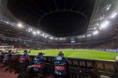 Средства массовой информации и фотографы во время игры лиги чемпионов UEFA Стоковая Фотография