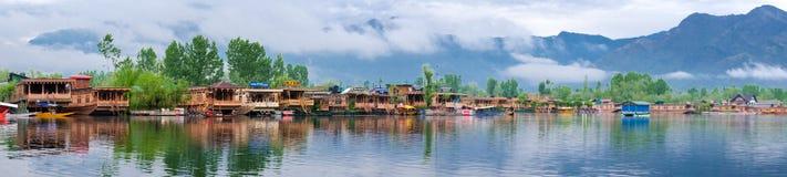 """Сринагар, Индия - 25-ое апреля 2017: Панорамный, образ жизни в озере Dal, людях живя в """"шлюпке дома"""" и используя маленькую лодку  стоковое изображение"""